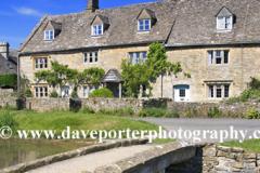 Cottages, river Windrush, Lower Slaughter village, Gloucestershire Cotswolds, England, UK